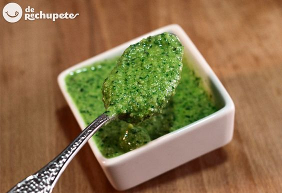 Cómo preparar una buena salsa de pesto genoves. Receta italiana - http://www.recetasderechupete.com/salsa-pesto-receta-italiana/10500/ #derechupete