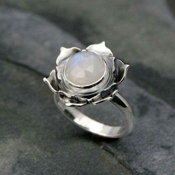 Flor de loto con piedra luna