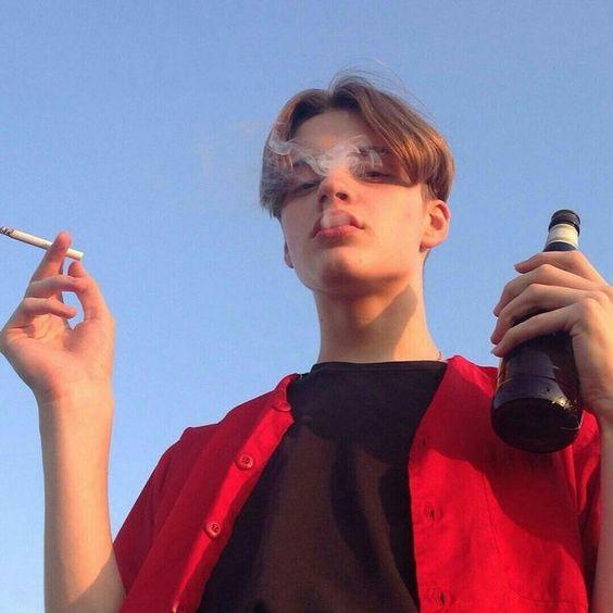 タバコとビールを持つ青年