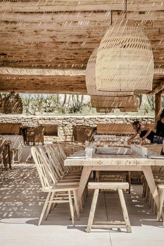 Mobiliario realizado con materiales naturales como son madera y bambú.