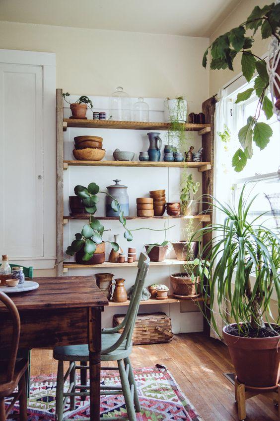 """La maison des plantes La maison d'Alea Joy et de son compagnon Peter est un parfait exemple du style bohème """"côte ouest"""". Point d'exubérances colorées, on est plus influencé par lestyle country ethippie : beaucoup de bois foncé et la…"""