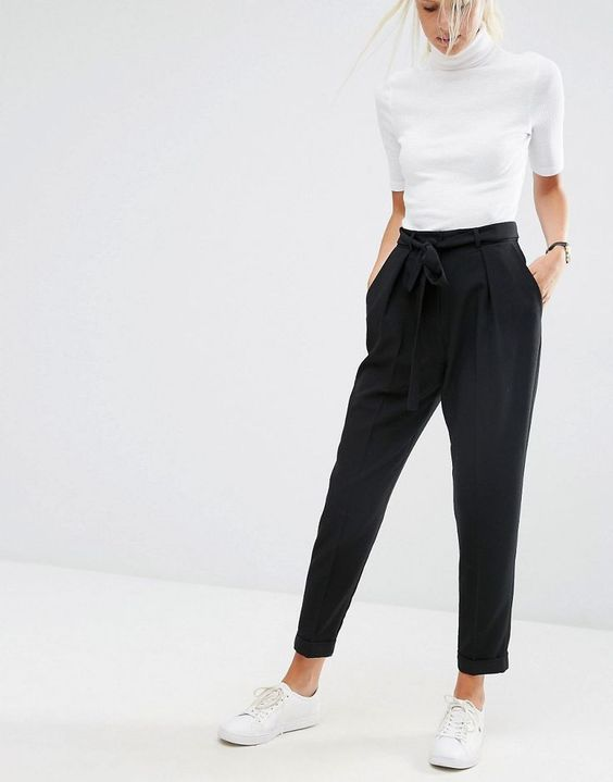 เสื้อยืดพอดีตัวสีขาวพร้อมกางเกงแสล็คตกแต่งดีเทลเชือกผูกเอว