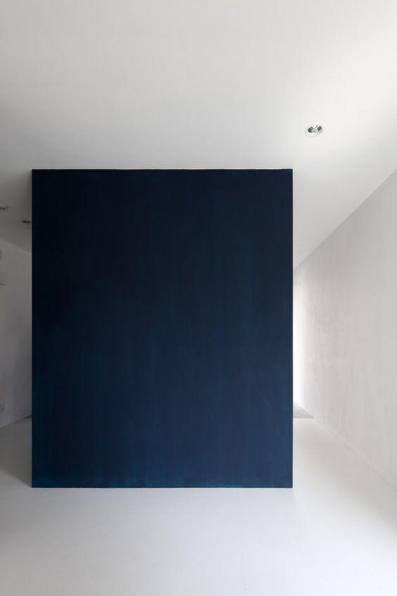 Dark box inside a white interior. Small Core House in Ochiaigawa by ...