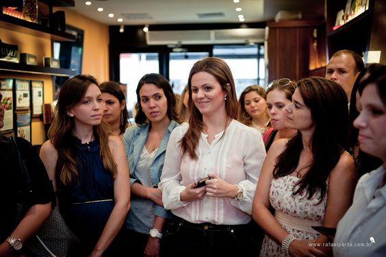 Nathália Gomes, da Souvenance, e Flávia e Renata, da ETC Noivas, falaram sobre as caixas de lembrancinhas e as tags de metal, que fizeram muito sucesso entre os convidados #etcnoivas #souvenance #colherdechanoivas #paradis #rafaelportofotografiasocial