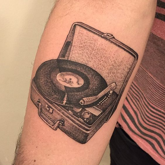 really stoked on this vintage record player for my buddy PJ! PJ got his first tattoo from me 3 years ago in SF and just moved to LA last week. very happy to catch up and do such a rad piece!