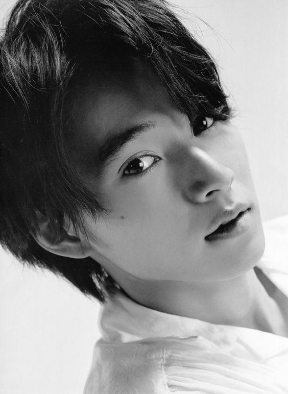白黒でもかっこいい山崎賢人のかわいい画像