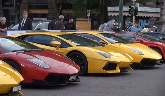 How do 350 Lamborghini models look standing side by side