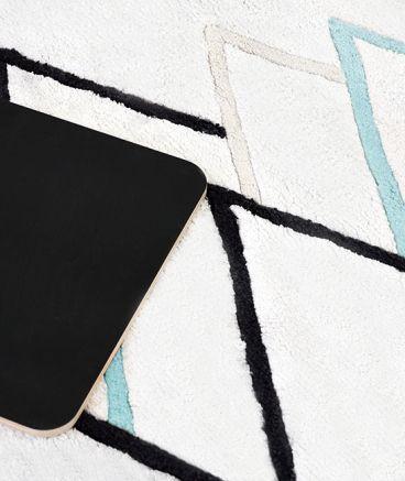 MiPetiteLife.es - Alfombra niños geométrico montañas negro y menta hielo. 100% algodón tejido a mano 2200g/m2. De terciopelo corto y tupido H.10-11mm. Diseñador: Claudia Soria Longitud (cm):200 Ancho (cm):70 Fabricacion:India. www.MiPetiteLife.es
