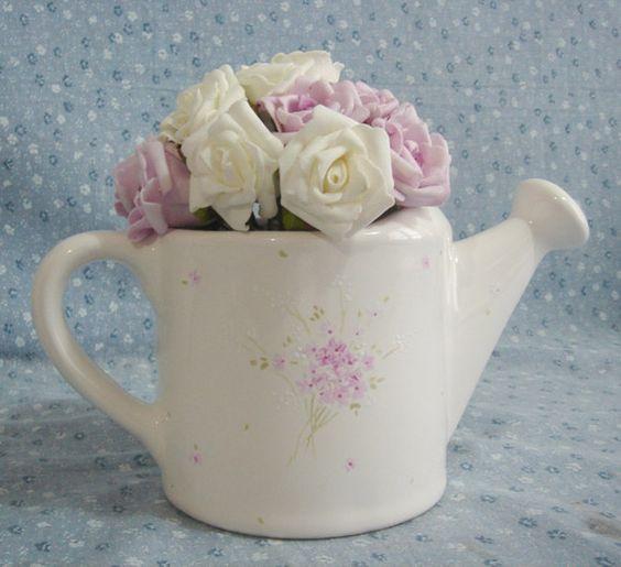 Regador em porcelana decorado à mão. Motivos e cores à sua escolha. Valor com as flores sob consulta. R$50,00