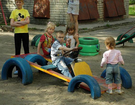 aire de jeux enfant - voiture de Formule 1 en pneus de voitures multicolores