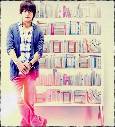 本を持っている稲葉浩志