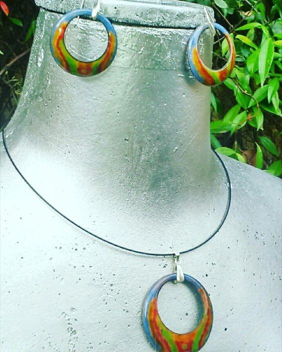 Conjunto de colgante y pendientes de cobre esmaltados al fuego con ganchos de plata