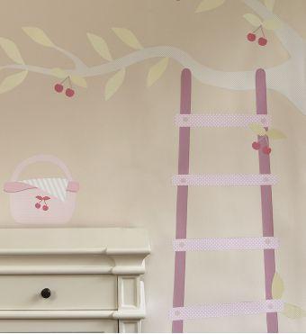 Tellement craquant, l'échelle adossée à une branche de cerisier !  <br />Faites entrer l'été dans la chambre de votre bébé, grâce à ce sticker format géant.  <br />Pour donner à la chambre de bébé un air champêtre et guilleret.  <br />  <br />