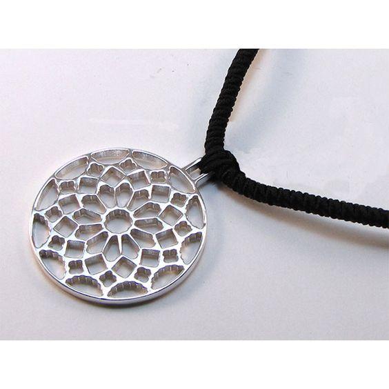 #Colgante #rosetón en #plata. 38mm de diámetro 13,20 grs Acabado brillo rodio Con collar de #hilo #negro #trenzado.