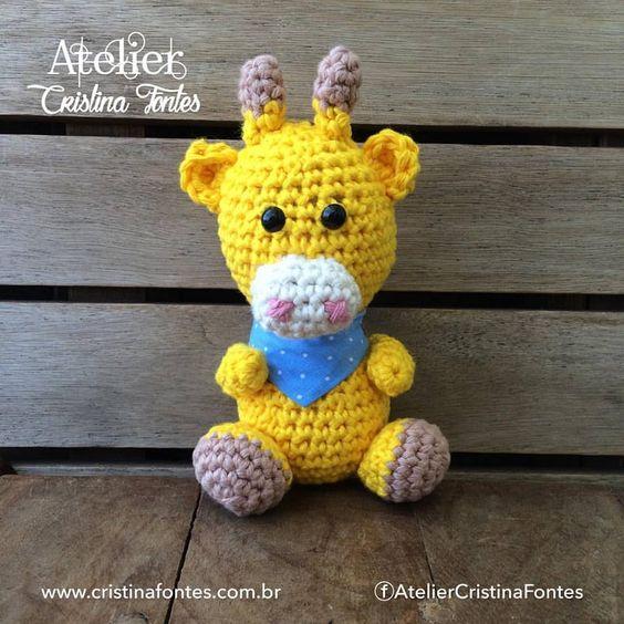 Girafa produzida em crochê. 15 cm de altura aprox. Para encomendas escreva para: contato@cristinafontes.com.br