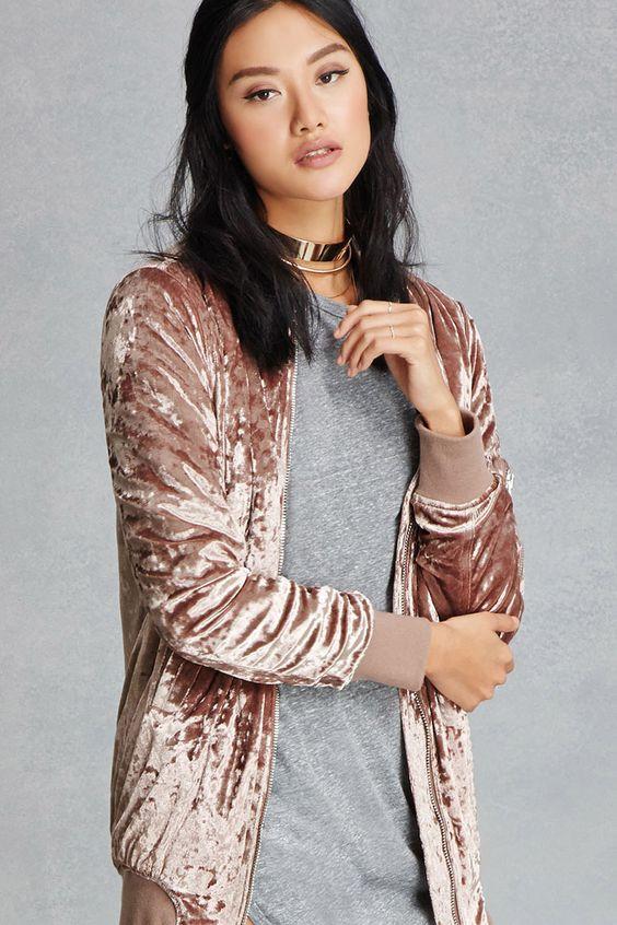 Những mẫu áo khoác nữ năm nay cũng khá ưa thích khi sử dụng chất liệu tuyệt vời này mix thêm cùng một số phụ kiện như vòng cổ ánh kim sẽ giúp bạn nổi bật hơn đó
