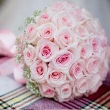 Klassiek romantisch bruidsboeket met roze rozen, gipskruid afgewerkt met roze lint.