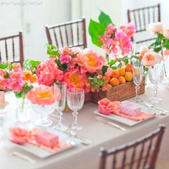 O dejamos la mesa en gris y concentramos todo el color en las flores del centro. Lo combinamos con una funda sencilla para las sillas.
