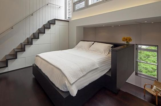 Schlafbereich auf der oberen Ebene des kleinen Lofts