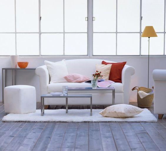 Durch den Holzboden wirkt der Raum warm trotz des kühlen Weiß. #homestory #homestoryde #home #interior #design #inspiring #white #decoration #living