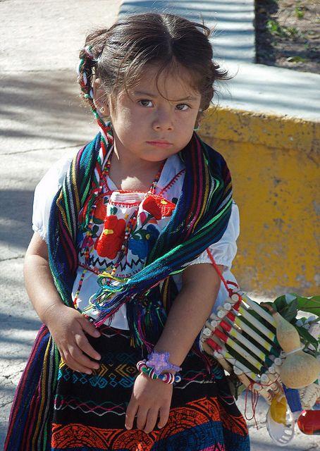 Niña против vestido Tipico ал ла фиеста;  Сантяго Yucuyachi, Оаксака, Мексико: