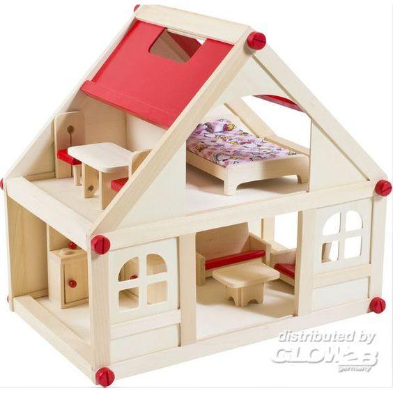 Casa de madera con muñecos y muebles. Importada de Alemania.