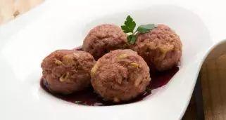 Receta de Albóndigas rellenas con salsa de cebolleta