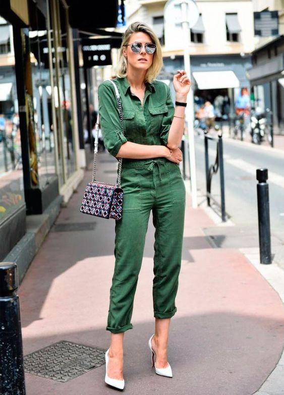 Look da Sofie Valkiers moletom verde-militar e scarpin branco.: