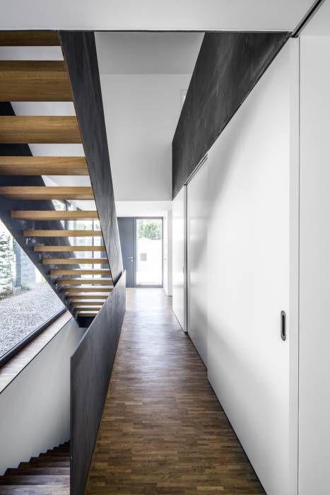 Wohnhaus Weiß: Modern Flur, Diele & Treppenhaus von Corneille Uedingslohmann…