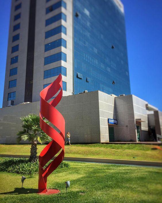 Vermelho.  Calma é só uma obra de arte. #bsb #brasilia #arquitetura