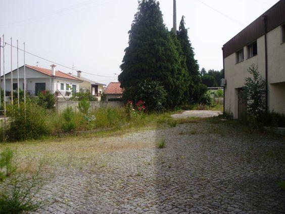 Mais imagens: http://www.medium.pt/pt/detalhe.htm?rid=4966494  Armazém destinado a indústria de rés-do-chão e andar, inserido em 3.850 m2 de terreno, com 12 divisões, 5 casas de banho e chuveiro. Com condições especiais de financiamento! Consulte-nos!