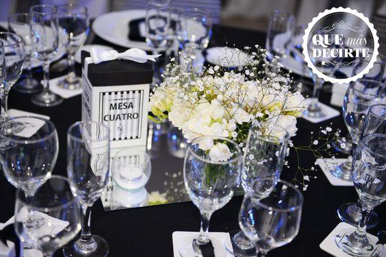 Centro de mesa floral y numero de mesa conteniendo caramelos de menta