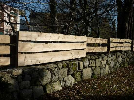 Association mur pierre et barriere bois brut bras ext for Barriere jardin bois