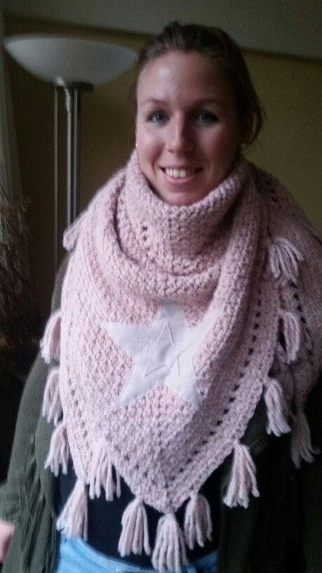 Sjaal in granietsteek met Julia wol van Zeeman. De ster is van vilt, handgenaaid.