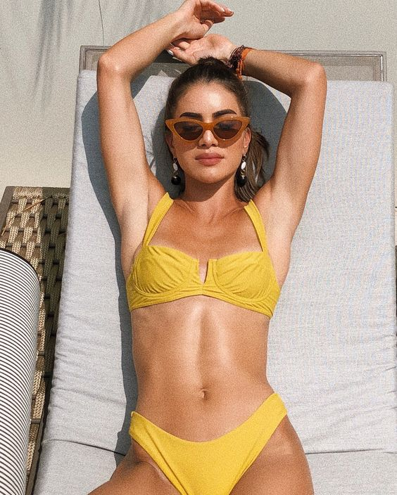 Sunbathing hour☀️👙 in my @mondayswimwear bikini! (Spending my free time at the pool) #ad ———- Aproveitando a horinha livre pra dar um…