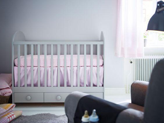 Lit bébé gris clair avec trois tiroirs de socle  Babys ...