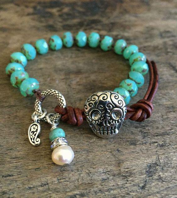 Sugar Skull noués Bracelet, argent Turquoise cuir Wrap « Boho Chic » perlée par deux soeurs d
