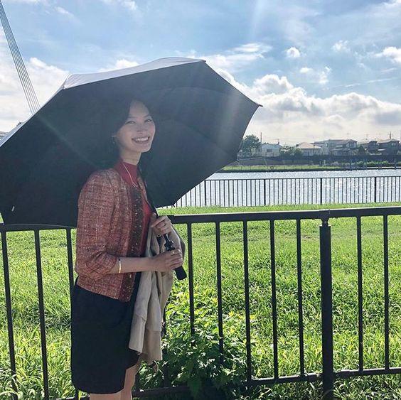 日傘を持つ大政絢