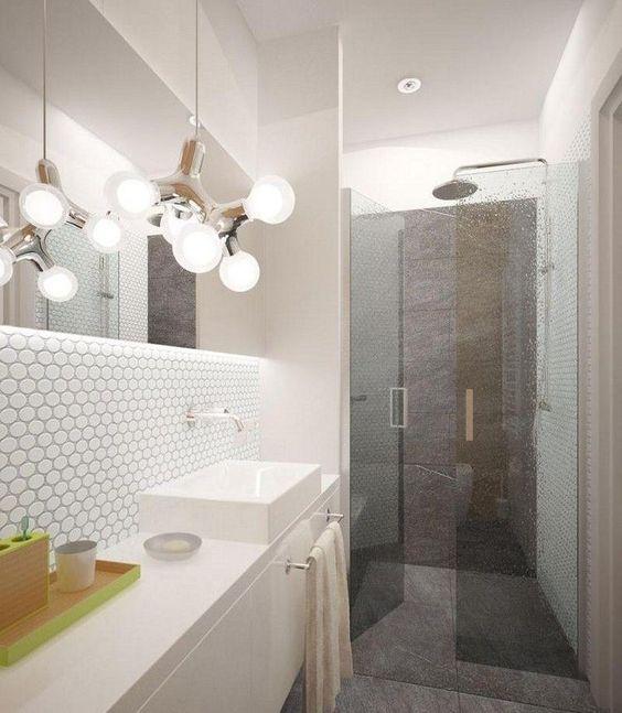 Kombination graue Flieseboden & Wand + teilweise Highlight mit Mosaikfliesen