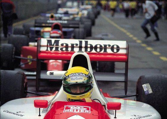 Ayrton Senna lidera a fila de espera para sair dos boxes, em 1991