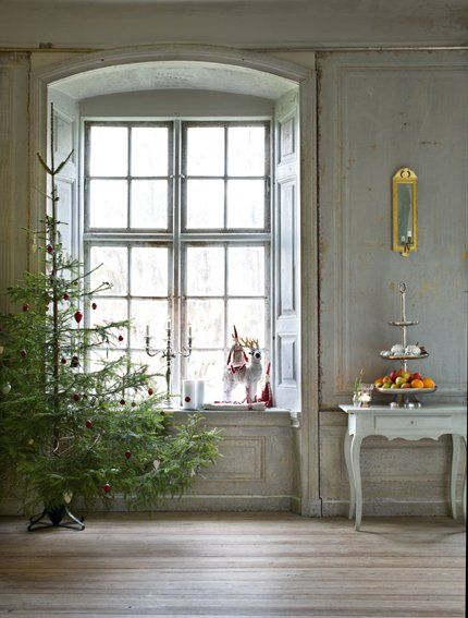 18th century setting for a lovely, sparse Christmas!
