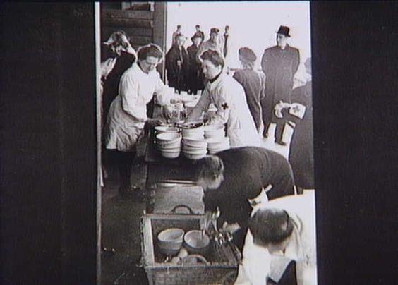 Bernadotte-aktionen. Røde Kors personale gør klar til bespisning af hjemvendte fanger fra tyske koncentrationslejre på Odense Banegård i april 1945  Tidsperiode og årstal Datering:apr-45 - See more at: http://samlinger.natmus.dk/FHM/24987#sthash.56cbEPwW.dpuf