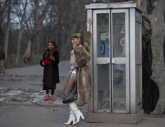 Una figurante espera a su toma en el rodaje de 'Veneno'. INMA FLORES (EL PAIS)