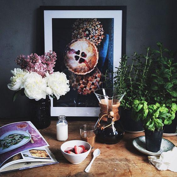 A quiet moment in my kitchen, flipping through my friend @lisalemke's gorgeous new book #lisapålandet.