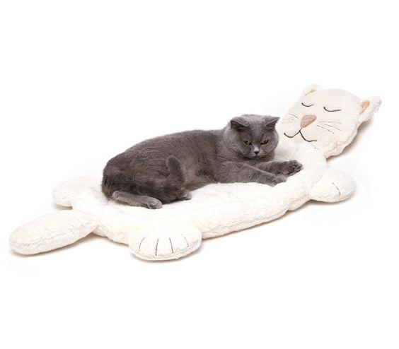 Das kuschelige und pflegeleichte Katzenbett von Profeline in Form einer Katze gepolstert mit einer weichen Einlage und kleinem Rand kann Sie der beste Freund Ihrer Katze werden. Gesicht und Pfoten sind liebevoll bestickt. Gesamtgröße: ca. 90 cm x 46 cm, Liegefläche: ca. 55 x 40 cm Qualität: 50% Baumwolle 50% Polyester Waschbar: 60°C Trockner geeignet