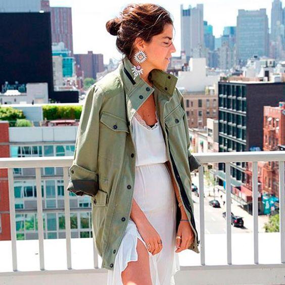 Leandra medine com vestido branco + parka militar no verão.: