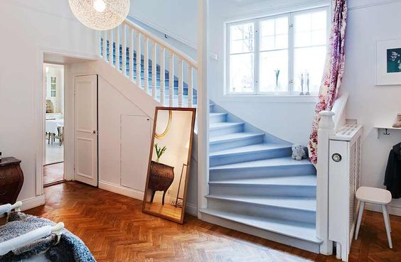 Hall med sekelskifts-trappa i vackert Jugend hus, Danderyd ...