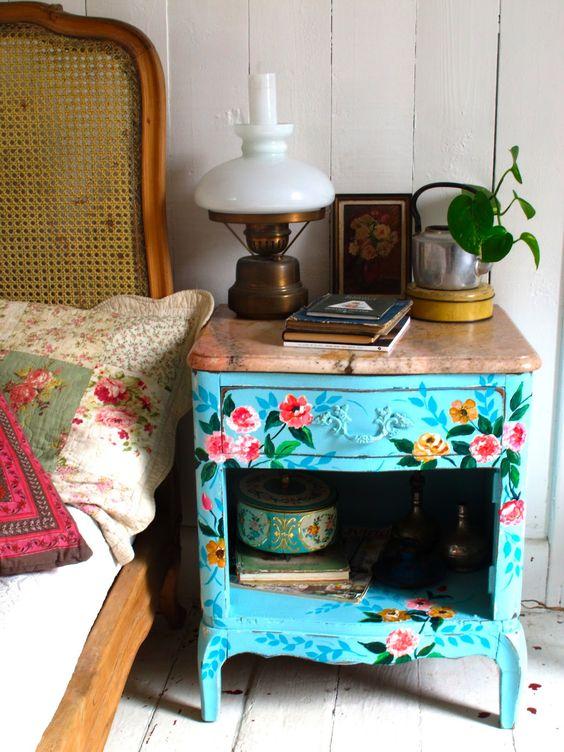 Até uma mesinha mais tradicional ganha vida com uma nova pintura: