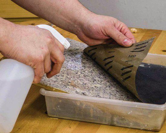 Das Abrichten der Steine mit Schleifpapier auf einer Granitfliese ist besonders einsteigerfreundlich. Die Investitionskosten sind gering.
