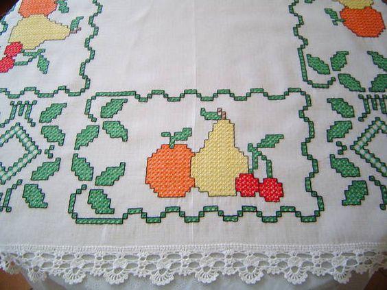 Toalha de Mesa Bordada em Tecido Xadrez em cor unica (bege)  118 x 107 cm  Para encomenda consulte as cores do tecido xadrez no album BORDADO EM TECIDO XADREZ